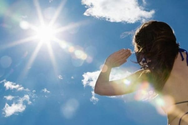 Nên che chắn khi đi dưới trời nắng tránh ảnh hưởng đến mũi