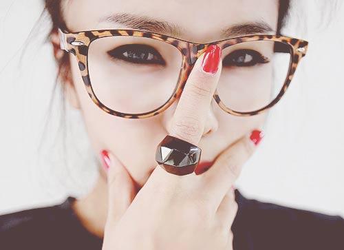Tránh makeup, đeo kính sau khi thực hiện nâng mũi