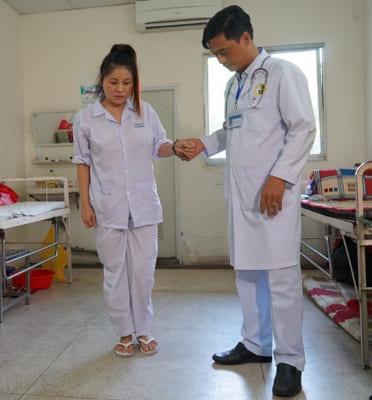 Sau hậu phẫu, bạn nên nhờ bạn bè hoặc người thân chăm sóc vấn đề vệ sinh cá nhân