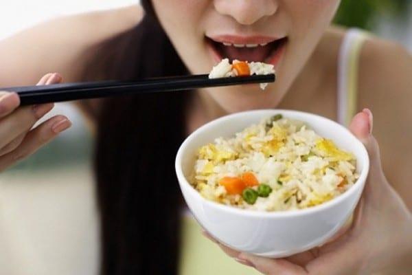 Bạn hãy ăn đồ mềm và tránh ăn những đồ ăn mặn, cay