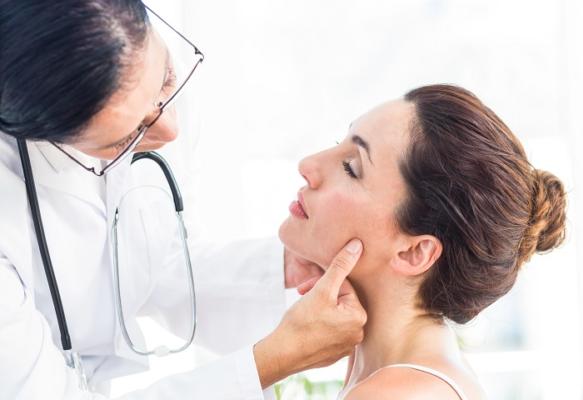 Đầu tiên, bác sĩ sẽ kiểm tra sức khỏe tổng quát cùng tình trạng môi hiện tại của bạn