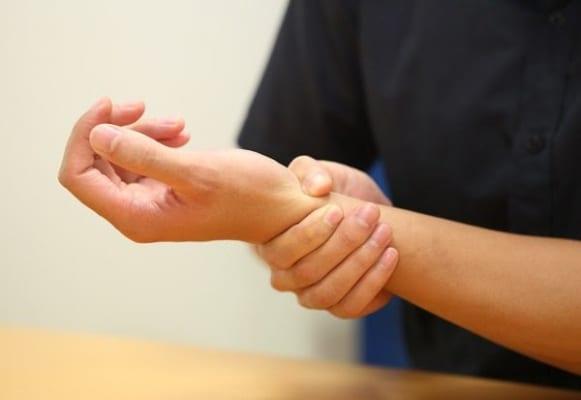 Sờ nắn trực tiếp vào khối u nang sẽ khiến cho người bệnh có cảm giác đau đớn