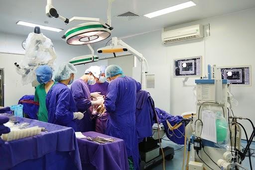 Phẫu thuật u bao hoạt dịch cổ tay được áp dụng khi các khối u phát triển với kích thước quá lớn