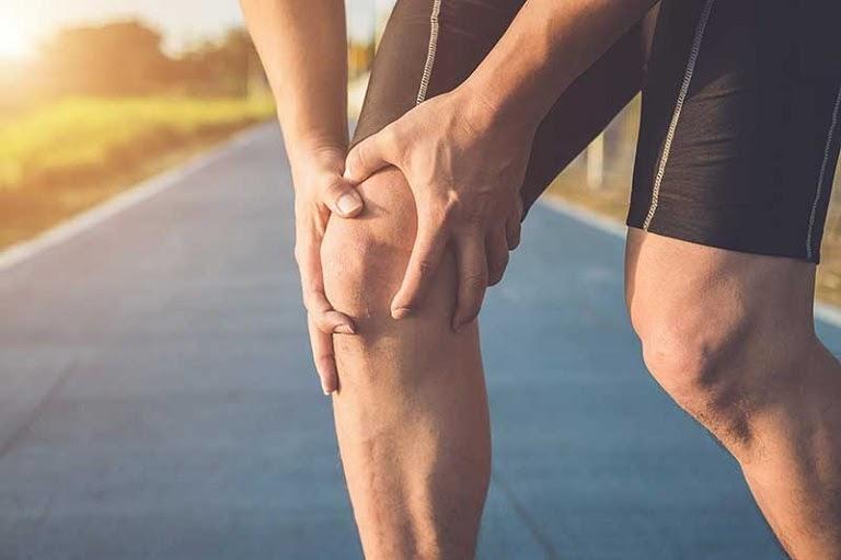 Người bệnh cần hạn chế vận động quá mạnh ở vùng đầu gối