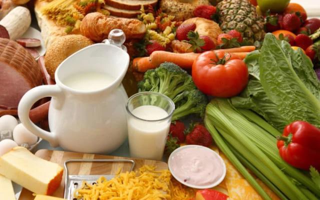 Điều chỉnh chế độ ăn uống khoa học, hợp lý để cải thiện u mỡ sau gáy.