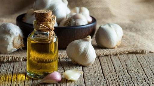 Sử dụng phương pháp điều trị Đông y từ tinh dầu tỏi.